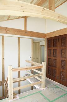 建て替え前の家の象徴だった扉を活用。太い梁はぜひチェックを