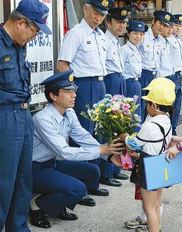 消防署員に花を渡す園児