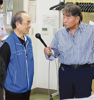 笑顔で質問に答える鈴木代表