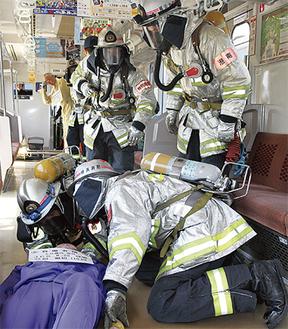 二次災害に留意しながら車両内で負傷者を救助