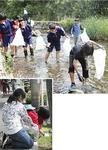 川と道路沿いの清掃をする中学生