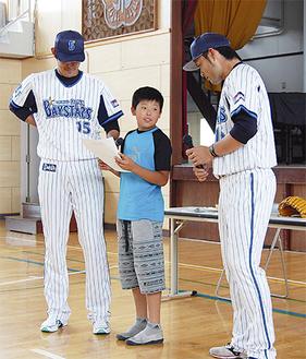 夢について話す武井君と井納選手(左)、加賀選手