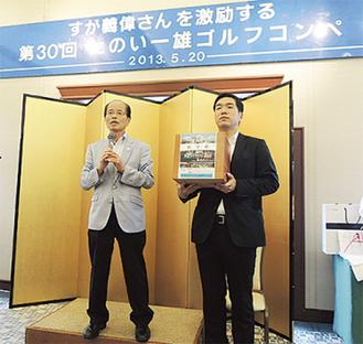 寄付を呼びかける田野井市議(左)