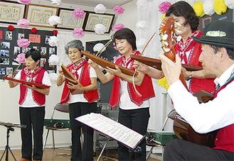珍しい三角バイオリンの演奏も
