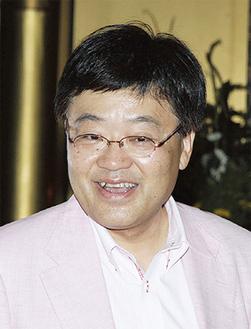 笑いを交え、講演する上田氏