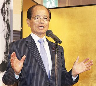出席者に感謝を述べ、活動を説明する田野井氏