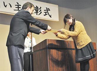 太田会長(写真左)から表彰される飼い主