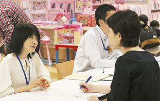 来店客から相談を受ける横田さん(左)