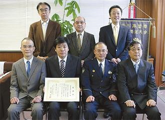 感謝状を手にする加藤会長と歯科医師会の会員、大越港南警察署長(前列右から2人目)