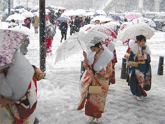 昨年は大雪の成人式となった=1月14日