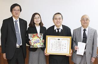 12月20日に同大学内で感謝状が贈られた。左からいわき市教育委員会の本田課長・鈴木さん、小田原さん、成田さん
