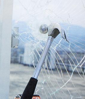フィルムを張ったガラスは、割れても内側からガードされる