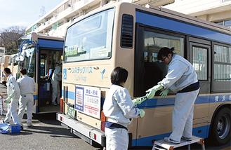 手分けして車両を清掃する生徒たち