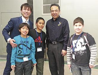 宇宙飛行士の古川さん(右から2人目)との記念撮影も(右からダウンズ君、和泉君、原田君、猿渡教諭)