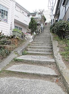 急こう配が続く120段階段