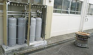 配備されたボンベ。ガスかまどセット(右)の燃料になる