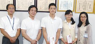 (右から)齊藤区長、内田さん、小池君、ボウリング部の萱沼常雄顧問、榎本一朗副校長