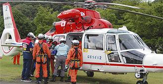 傷病者をヘリに収容し、搬送する訓練