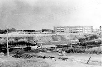 1960(昭和35)年に横浜市立の学校としては、戦後初めての鉄筋建て校舎として完成した南高校。付近に人家はなかった(港南歴史協議会より提供)