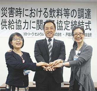 左から田雑戸塚区長、コカ・コーラセントラルジャパン(株)販売部長の酒井さん、齊藤港南区長