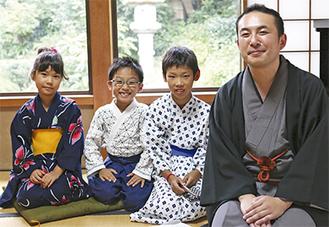 師匠の金原亭馬治さんと弟子の(右から)小中君、青柳君、菱沼さん