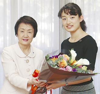 林市長(左)から花束を受け取る毛利さん