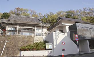 御遠忌法要の記念事業として改修工事を実施した本堂(左)と新築した神奈川教化センター
