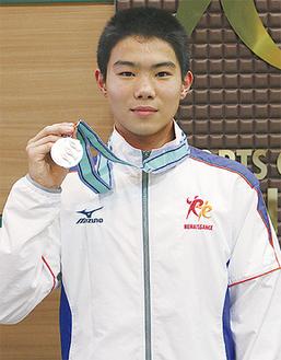 銀メダルをかかげる須田君