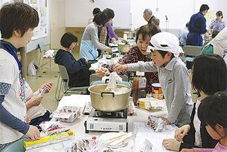 楽しみながら調理を学ぶ参加者
