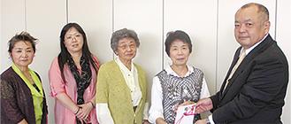 (右から)増田専務理事に寄付金を手渡す原副会長らメンバー