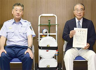 寄贈したスタンドパイプと大平さん(右)、名取署長