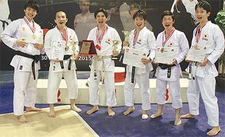 優勝を喜ぶ選手ら(左から太田さん、榊さん、内海代表、平田さん、奥田さん、豊田さん)=国際尚武館空手道連盟提供