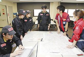 搬送ルートを確認するDMATチーム