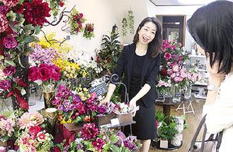 店内には様々な種類の造花が並ぶ