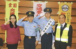 敬礼する石野君(右から2人目)