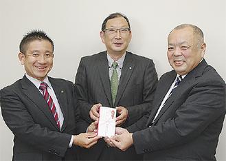 根本社長(左)と長谷川会長(中央)、増田専務理事
