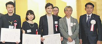 (左から)受賞した長崎さん、久万さん、アルマザンさん(右端は菊嶋社長)