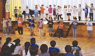 劇中でダンスする児童