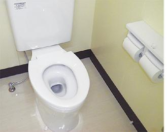 14年度に改修された永野小学校の洋式トイレ(写真提供・市教育委員会)