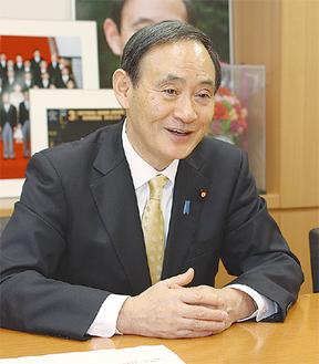 議員会館でインタビューに答える菅官房長官