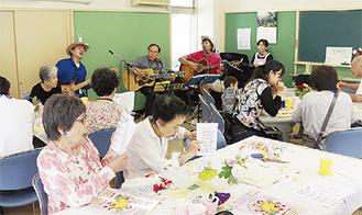 生演奏に合わせて歌を楽しむ参加者