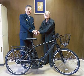 バイクを寄贈する成田さん(右)