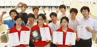 関東大会での賞状を手にする(前列左から)横山さん、内田さん、岩川さん