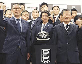 決意を表した川淵会長(右)、大河正明チェアマン(左)、横浜の岡本CEO(中央)ら