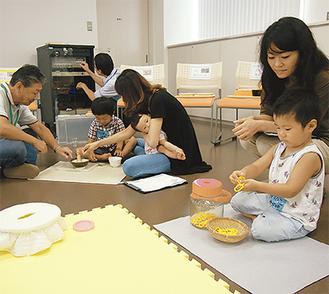 会場に用意された「教具」に夢中になる子どもたち