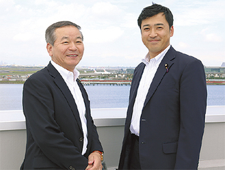 三浦参院議員(右)と同センターの屋上で羽田空港をバックに撮影