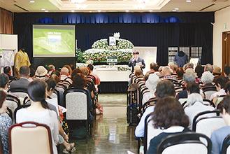 葬儀についてのスタッフの説明を熱心に聴く参加者