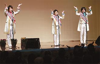 歌で会場を盛り上げる「はやぶさ」の3人(左からヤマトさん、ヒカルさん、ショウヤさん)