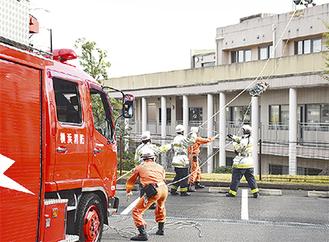 ロープで屋上から要救助者を救出