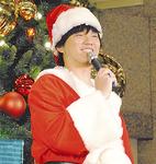 サンタクロース姿で登場した秦さん